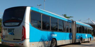 Passageiros levam freezer em ônibus do BRT Rio