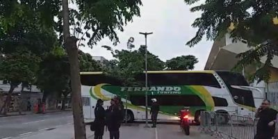 Ônibus com torcedores do Grêmio chega ao Maracanã mais cedo