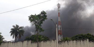 Rio: Incêndio destrói ônibus em depósito na Zona Oeste