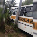 Ônibus escolar perde freio e sai da pista em Simões Filhos na Bahia